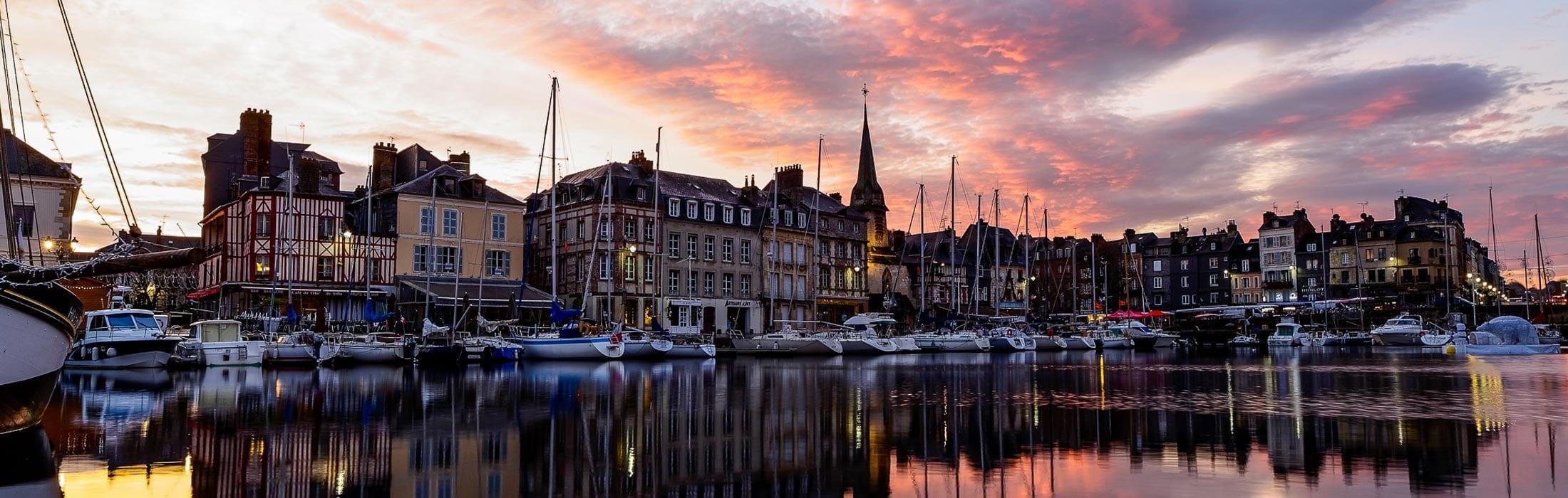 Honfleur est un des ports les plus pittoresques et les mieux conservés de Normandie. C'est autour du Vieux Bassin que la vie s'organise